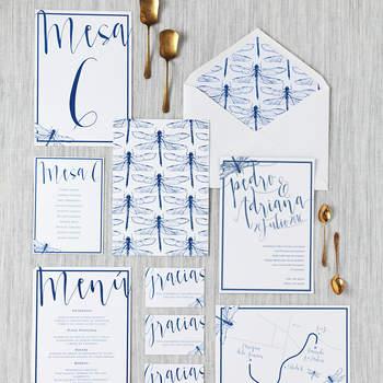 Invitación y papelería en azul con ilustraciones de insectos. Credits: Le Blu