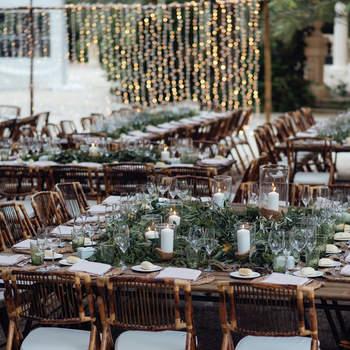 Decoración de mesa con tarros de cristal y arena y velón dentro de Chitina. Credits: kiwo