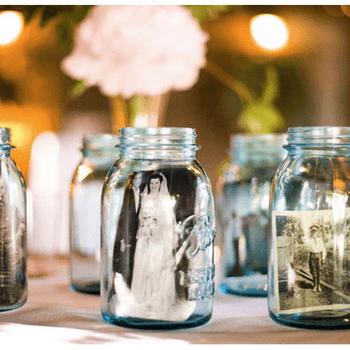 Uma ideia super original: coloque fotos dentro de frascos para decorar o seu casamento.