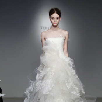 Vestido de noiva com babado de tule.