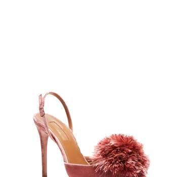 Salones de terciopelo rosa con ponpom en la puntera. Credits: Aquazzura