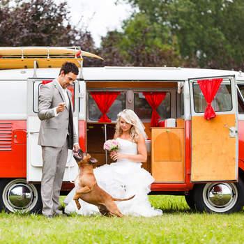 ¿Te atreves con una boda hippie? Esta furgoneta te lo pone fácil. Foto: 2Rings Trouwfotografie y Feestudio