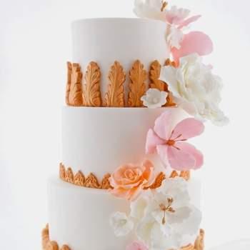 Inspiração para bolos de casamento de 3 andares com base simples e detalhes rebuscados e originais | Créditos: Cake Chic Portugal