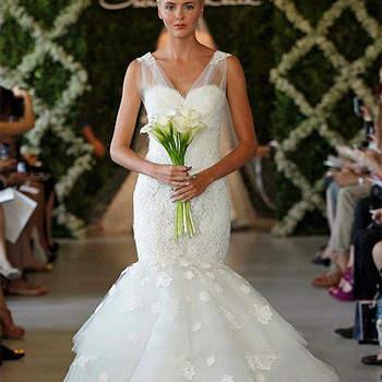 Robe de mariée blanche ultra glamour. Volants et volumes à mi-cuisse donnent à ce modèle beaucoup de chic. Photo : Oscar de la Renta