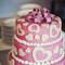 Quoi de plus romantique que des coeurs et du rose sur un gâteau de mariage ? - Photo : 2Rings Trouwfotografie & Feeststudio