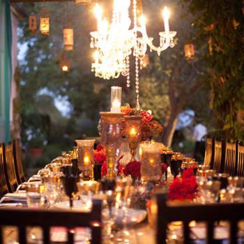 Centre de table avec des fleurs : un esprit chic et raffiné. Source, Style Me Pretty, Julie Mikos