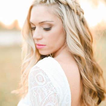 Penteado para noiva com cabelo solto e trança lateral | Credits: Katie Nicolle Photography