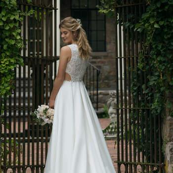 Modelo 44044, vestido de novia bordado con pequeñas aberturas a los laterales de la cintura