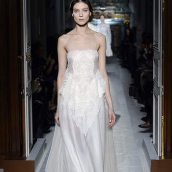 Si buscas un vestido de novia moderno, con mucho vuelo y ligero, este es un diseño que puedes tomar como referente. Foto: Valentino.