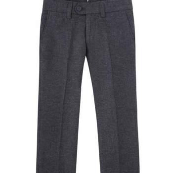 Pantalones tipo chino con pinza grises. Credits: Scalpers