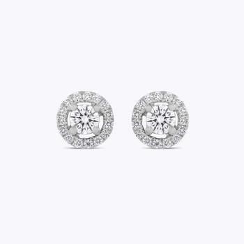 Brincos de ouro branco com um diamante central e orla de diamantes. Créditos: Suarez