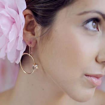 Il tocco ultrafemminile: una rosa tra i capelli per impreziosire un raccolto