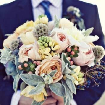 """Blaue Krawatte für den Bräutigam und Bouquet mit blauen Blumen für die Braut. Sparkle & Hay - Produзгo Fotografica - """"Candy Girls"""" - S-magazine - Fotografia: Piteira - Acessуrios: Pinga Amor - Styling: Simplesmente Branco (Pinga Amor, Design Texto COM E bis Wise Hochzeiten)"""