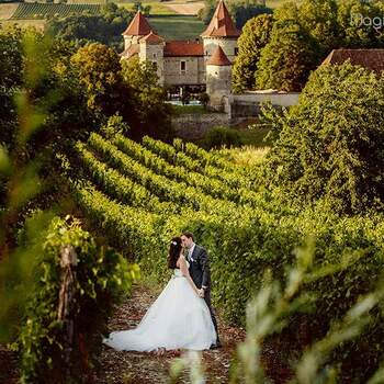 Photo : Château de Chapeau Cornu - Réservez votre mariage clé en main dans ce cadre idyllique, harmonieux et chaleureux situé à Vignieu, en Isère. «Nous avons eu la chance d'organiser notre mariage au Château de Chapeau Cornu, le 21 septembre dernier. Ce fut une journée exceptionnelle, dans un cadre exceptionnel.»