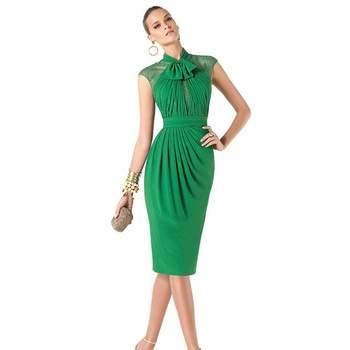 Vestido curto verde de Pronovias, modelo Renuk, para convidadas de casamento.