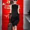 Un vestido corto de tubo en negro es un clásico que nunca pasa de moda.