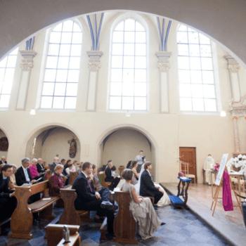 Während der kirchlichen Trauung ist das Fotografen-Team natürlich auch dabei.