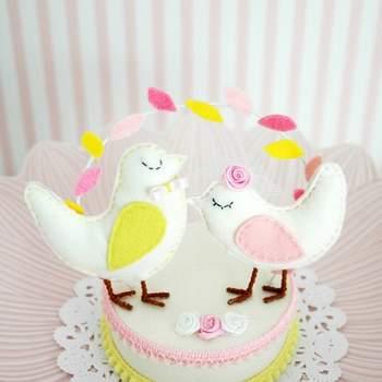 Ravissants petits oiseaux colorés ! Une touche printanière sur votre gâteau de mariage. Photo : Pinga Amor