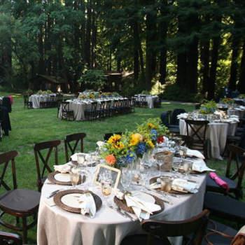 Des centres de tables aux fleurs vives et gaies : le top pour un mariage en plein air. Source : Style Me Pretty, Todd Rafalovich photography
