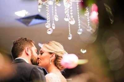 Casamento clássico com toques rústicos de Mariana e Thiago: rosas, tulipas e cortina de luzes deram o tom!