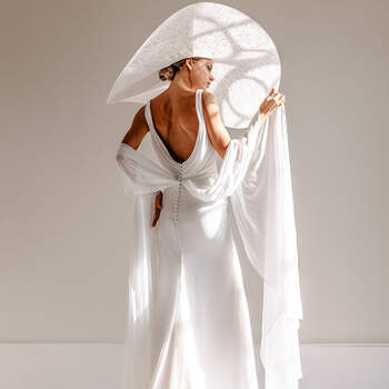 White, light pearls bridal fashion shoot - Klasse en elegantie ten top! | Foto: YourMoments | Jurk: Rebecca Ingram via ANKii | My VINTAGE BOUDOIR & Schoenen: Rachel Simpson via ANKii | My VINTAGE BOUDOIR