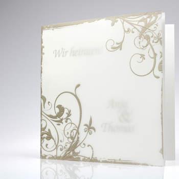 """<a> title=""""Einladungskarte in Creme"""" href=""""http://www.cardbycard.de/Art%20Premium%20(%3Csmall%3E%3Cb%3Emit%3C/b%3E%20Eindruck%3C/Metallic-Karton-weiss-mit-Umleger-und-Goldornamenten,detail,1111380554.html"""" target=""""_blank""""></a>"""