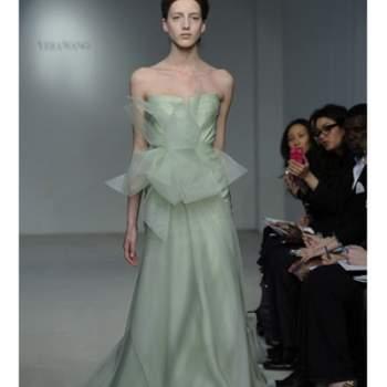 Robe de mariee vert pastel de la collection Vera Wang Printemps 2012. Fluidité et tombé impeccable caractérisent cette robe dotée d'une grosse fleur à la taille.
