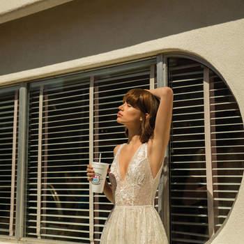 Un romántico vestido de encaje de tirante ancho con escote en V con el que parecerás una auténtica princesa de cuento.