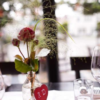 Rote Blumen, der Klassiker unter der Tischdeko. Foto: 2Rings Trouwfotografie (Holland)
