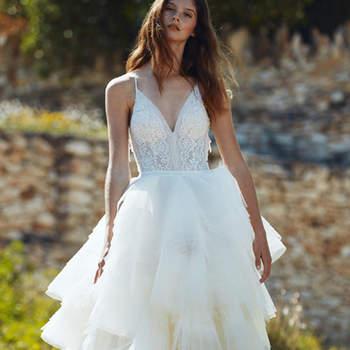 Vestido de corte princesa compuesto de un cuerpo fino de tirantes y una falda voluminosa con varias capas de tul.