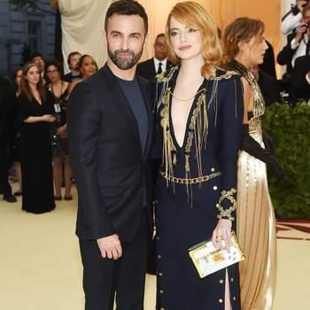 Nicolas Ghesquière e Emma Stone em Louis Vuitton | Foto via IG @emmastonefanpage6