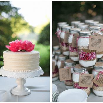 Complete o look do seu bolo de noiva com pequenos frascos cheios de elementos decorativos nos mesmos tons.