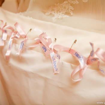 Diz a tradição que a noiva deve levar na barra de seu vestido o nome de suas amigas solteiras, para dar sorte. E são muitas as formas de fazer isto com criatividade e personalidade. Veja estas opções e escolha a mais próxima do seu estilo.