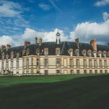 Photo : Château de Neuville - Située dans le village de Gambais, en Yvelines, cette adresse d'exception est classée Monument Historique. Célébrer votre mariage dans ce décor idyllique, c'est assurer sa réussite !