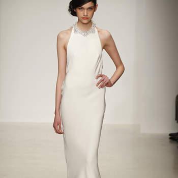 Vestido de novia sencillo, escote cisne y cauda corta