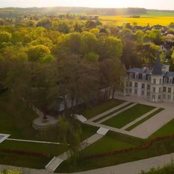 Photo : Le Château d'Hardricourt - Restaurée avec soin et subtilement remise au goût du jour, ce lieu de prestige a ré-ouvert ses portes pour votre plus grand bonheur.