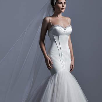 """La sofisticación toma forma con este vestido de novia corte sirena de cuerpo ceñido y estructurado. El vestido se acompaña de una falda de tul amplia y de un velo estilo catedral como accesorio.    <a href=""""http://www.sotteroandmidgley.com/dress.aspx?style=5SC631"""" target=""""_blank"""">Sottero &amp; Midgley</a>"""
