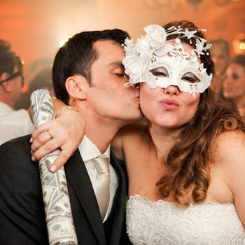 Hoje em dia, nem só de música se faz uma pista de dança. Geralmente, os noivos distribuem diferentes acessórios para garantir a diversão dos convidados. Veja estas idéias divertidas e agite seu casamento!