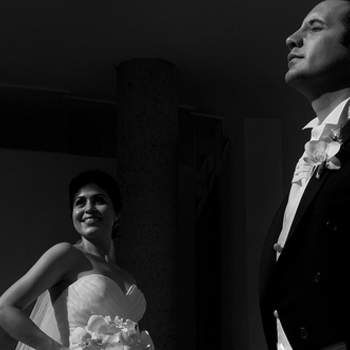 Una toma muy romántica en blanco y negro que muestra el amor de una pareja que empieza una nueva aventura en su vida.