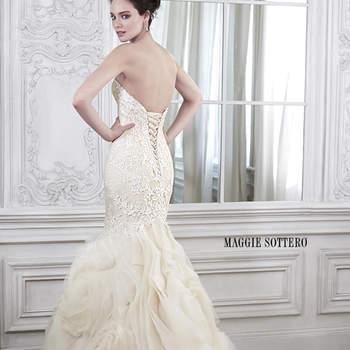 """Elegância e sofisticação. O vestido perfeito para uma noiva arrasar em seu casamento. Os apliques em renda floral e o corselet esbanjam sensualidade e a saia em camadas de tule e organza dá um toque delicado e muito especial.  <a href=""""http://www.maggiesottero.com/dress.aspx?style=5MS162"""" target=""""_blank"""">Maggie Sottero Spring 2015</a>"""