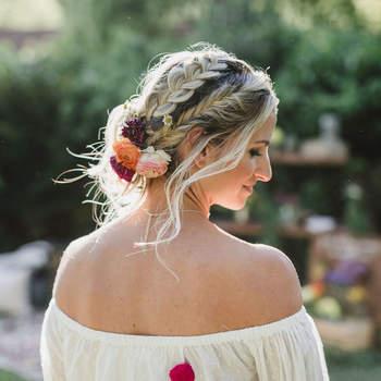 Penteado para noiva com cabelo preso e trança lateral | Foto: Jennifer Skog