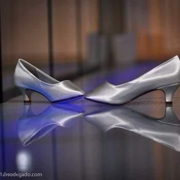 Zapato estilo zapatilla cerrado plateado y de tacón bajo.