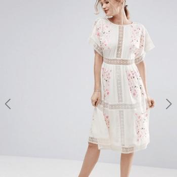 ASOS PREMIUM Embroidered Midi Dress (91,89€)