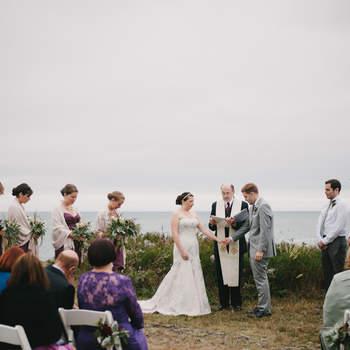 Las bodas al aire libre tienen un encanto especial. Ver a los novios en el campo, junto al altar creado para la ocasión, no desmerece para nada a las bodas en la iglesia y los juegos de luces que pueden conseguir los fotógrafos las hacen aún más interesantes. Estas son algunas muestras de bodas al aire libre para que te sirvan de inspiración. En la imagen, una boda a la orilla de la playa. Foto: Alexandra Roberts.
