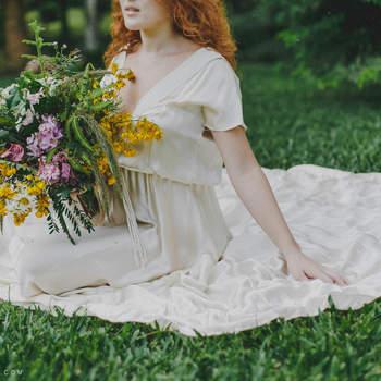 Flores rústicas compõem o buquê da noiva natural. Foto: Thay Rabello Fotografia