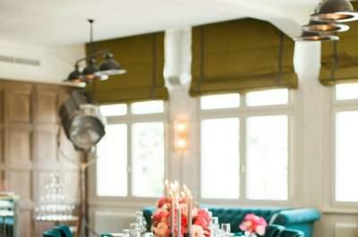"""Der rote Faden ist die Seele Ihrer Hochzeit  Oft fragen mich meine Kundinnen,  wie sie ihre Hochzeit zu einem unvergesslichen Erlebnis machen können. Meine Lösung hierfür ist einen roten Faden zu kreieren, der sich durch die gesamte Hochzeit zieht- vom Stil der Einladung, über die Location, die Tischdekoration, bis hin zu den Gastgeschenken. Das geeignete """"Motto"""" kann ein stimmiges Farbkonzept, ein eigenes Hochzeitslogo oder auch eine Stilrichtung sein. Für eine stimmige Stilrichtung sollten Sie sich vor allem ihre Location genau anschauen. Heiraten Sie bspw. auf einem alten Gutshof, könnte ihr roter Faden womöglich durch einen """"eleganten, romantischen, Landhauscharakter""""  geprägt sein. Das heißt natürlich nicht, dass Sie die bodenlangen Tischdecken durch hölzerne Bierbänke austauschen sollen, sondern dass das """"rustikale"""" Element in Ihre elegante Planung mit einfließt. Das kann z.B. in Form eines Holzbuches als Einladung auf Heu oder auch durch die entsprechende Floristik geschehen. Schleierkraut oder Sommerblumen wären hier womöglich passender als Rosen und Orchideen. Letztlich wird das unvergessliche an Ihrer Hochzeit immer die Liebe zum Detail und ein stimmiges Gesamterlebnis sein!"""