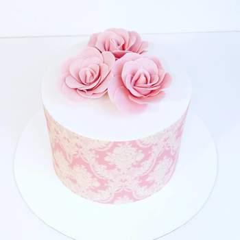 As flores são sempre um detalhe perfeito a utilizar nos bolos de casamento para noivos românticos | Créditos: Have Some Sugar