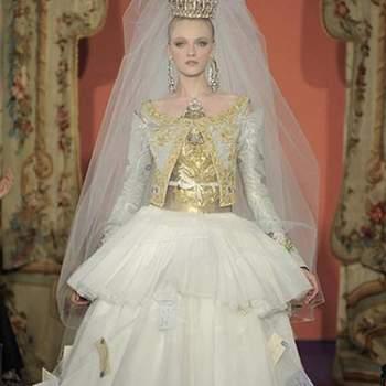 """É mais um estilista rompedor de padrões. Este vestido com tons dourados e estilo """"rainha"""" tem muita presença."""