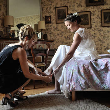 Photo : B Photos Mariage -  Solange Becker capte les moments forts de votre mariage dans un style romantique et moderne. Ici, elle assiste à la préparation de la mariée et immortalise le calme avant la tempête.