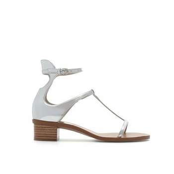 Sandalo aperto davanti con cinturino alla caviglia. Foto: Zara